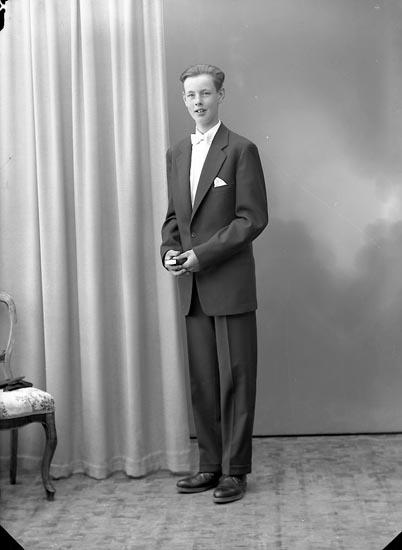 """Enligt fotografens journal nr 8 1951-1957: """"Juliusson, Gerhard Röra Nedre, Spekeröd""""."""