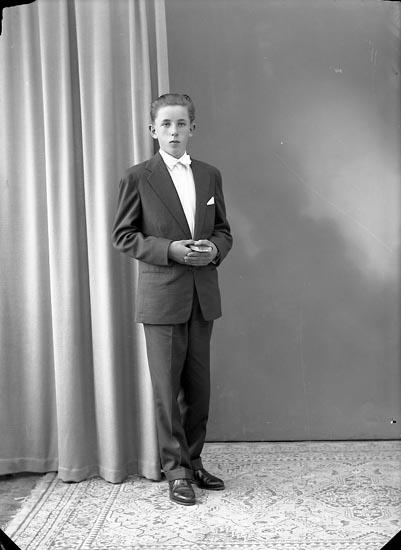 """Enligt fotografens journal nr 8 1951-1957: """"Olsson, Arne Houg Norra Svenshögen""""."""