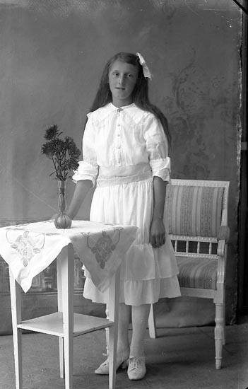 """Enligt fotografens journal Lyckorna 1909-1918: """"Andersson, Anna-Greta, Alsbäck Lyckorna""""."""