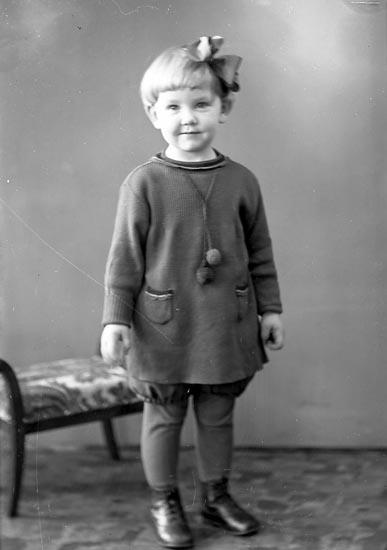 """Enligt fotografens journal nr 6 1930-1943: """"Amundsson, Eivor Stenungsund""""."""