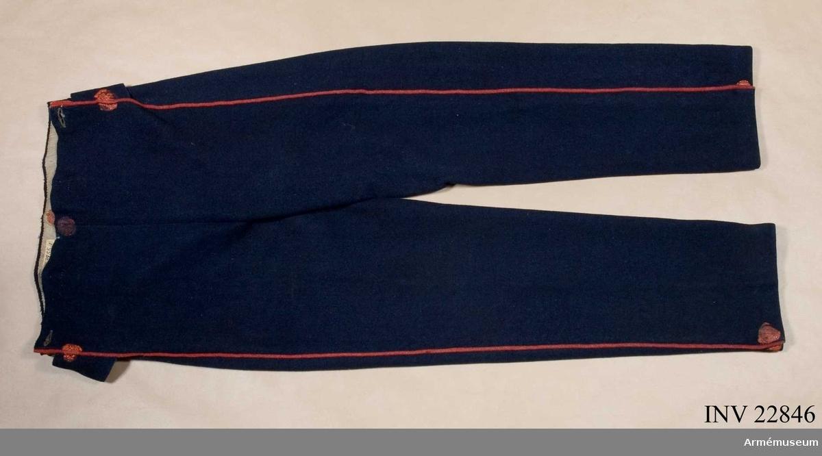 Grupp C I. Byxor, m/1829 manskap, Indelta infanteriet. Ur uniform för manskap vid Indelta infanteriet  (utom grenadjärregementen) Skaraborgs regemente 1838-1845. Bestående av jacka, byxa, skärp, tschakå, lägermössa, skor, patronkök, bandolärrem. Byxor m/1829 enl. generalorder 10/7 1829, infanteriet allmänt.