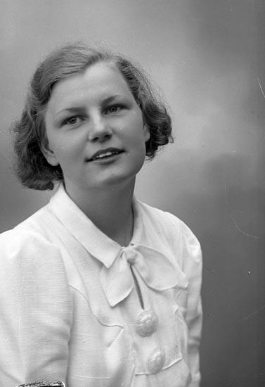"""Enligt fotografens journal nr 6 1930-1943: """"Stenman, Ruth Doteröd Här""""."""