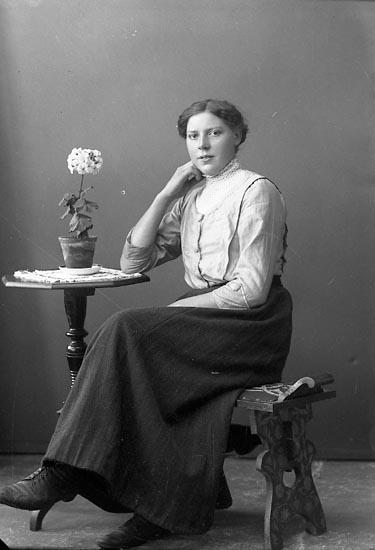 """Enligt fotografens journal nr 3 1916-1917: """"Andersson, Olga Dalarne Här""""."""