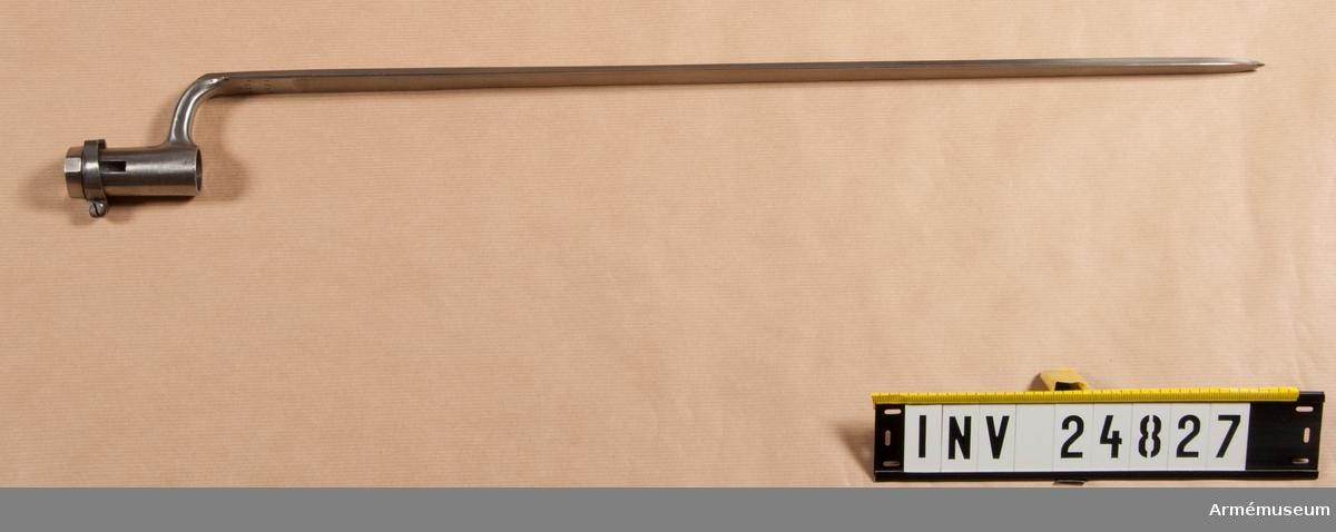 """Grupp E II På bajonettarmens översida står """"1"""", på klingans insida """"IS"""", """"1854"""" och """"1679"""".  Tillverkningsnummer 1679  Samhörande nr AM.24826-7"""