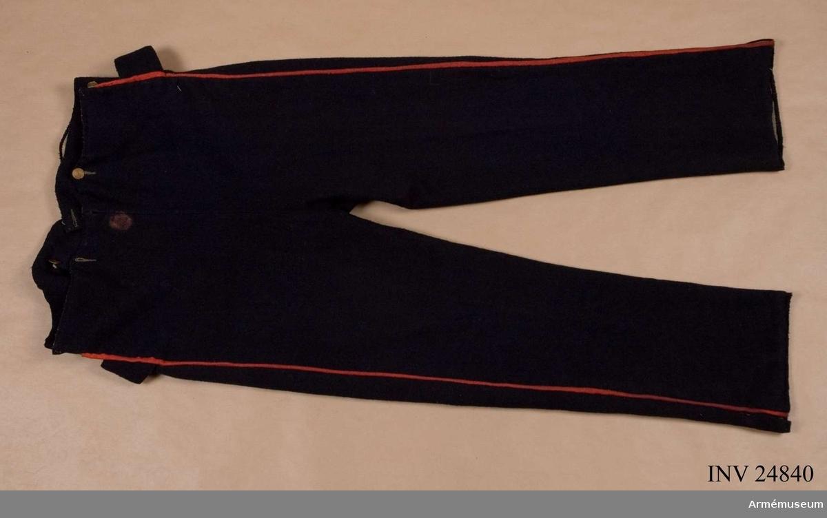 Grupp C I. Ur uniform till spel 1829-1838, livplagg m/1829, vid indelta infanteriet, utom grenadjär- och jägartrupper, Upplands regemente. Består av jacka, byxa, tshakå, vapenplåt, pompon, skärp, halsduk, axelgehäng, huggarehandrem. Modellapp 10/1 1829. Enligt generalorder 10/1 1829, infanteri allmännt. Redgarnssnören enligt go 24/6 1830, armén allmännt.