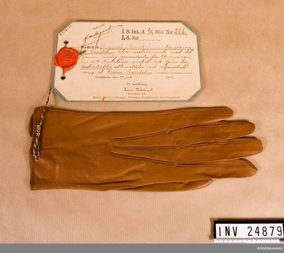 Grupp C I. Färgprov m/1911, I 8, Upplands infanterireg. Vänsterhandske till glacerade handskar att tjäna till huvudsaklig efterrättelse vid anskaffning av bruna handskar.