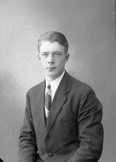 """Enligt fotografens journal nr 6 1930-1943: """"Olsson, Gunnar Röd, Ödsmål""""."""