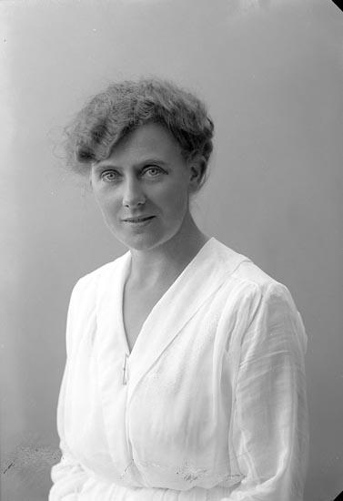 """Enligt fotografens journal nr 4 1918-1922: """"Olofsson, Fr. E. Solhöjden Här""""."""