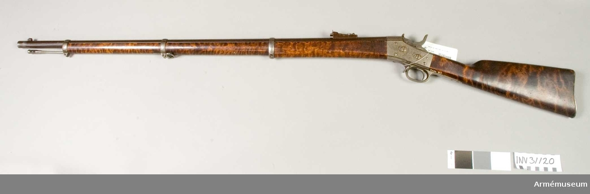 """Grupp E II. 1867 års gevär m/1868. Antal räfflor 6 st, räffelstigning 1 varv på 104,7 cm. Loppets rel. längd 78 kal. Kulans vikt 24 g. Krutladdningens vikt 4,25 g. Utgånghastighet 395 m/sek.  Pipan är brungjord och rund, men har baktill på var sida en platt. En hög, fyrkantig kornklack, vilken även tjänstgör som bajonettklack åt stickbajonetten, sitter 2,4 cm bakom mynningen. I klackens översida är foten på det i sidled rörliga stålkornet inlaxad. På pipans högra sida 8,1 cm bakom mynningen finns en 3,1 cm lång, 0,6 cm bred och 0,4 cm hög klack. Längst bak på densamma yttersidan sitter ett 1,4 cm långt, 1,1 cm brett och 0,3 cm tjockt, utskjutande parti, som tillsamman med klacken bildar en för sabelbajonett avsedd för bajonettklack.  Ramtrappsiktet är blånat och sitter uppå en  6,7 cm framför främre lådkanten med tenn fastlödd fot. Siktfoten har tre trappstegsformiga avsatser. I bottnen på siktfoten finns siktfjädern, som längst fram fasthålles av en skruv. Baktill har siktfoten på var sida ett uppstående """"öra"""" , som har hål för siktarmens axel. Ramen är rörlig kring denna axel och verkar siktfjädern på ramens ände ung. som fjädern i en fällkniv på knivbladets bakre ände. Framtill har siktrammens ett inlaxat och med en skruv fäst huvud, som å över- eller baksidan 0,8 cm bakom framänden har en uppstående siktbalk. Denna senare skulle på sin övre kant ha en siktskåra, men dessutom genombrytes siktbalken längre ned av ett halvmånformigt hål, vars raka nedre kant ävenledes borde vara försett med siktskåra. Ramen har en löpare av stål, vilken borde vara försedd med siktskåra. Löparen kan skjutas fram och tillbaka på ramen. Siktskårorna är varken på sikthuvudets balk eller på löparens uppskurna. När ramen är nedfälld och löparen fullt tillbakaskjuten, svarar siktskåran i sikthuvudets halvmånformiga hål mot 400 fot (119 m) och skåran på balkens överkant mot 800 fot (238 m). De tre """"trappstegen"""" är avsedda för resp. 1 000 fot (297 m). 1 200 fot (356 m) och 1 400 fot (416 m)"""