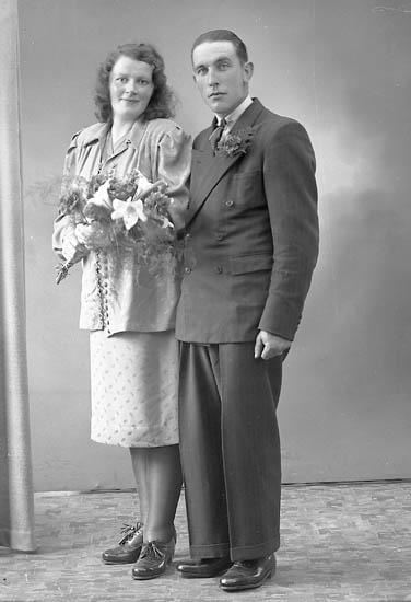 """Enligt fotografens journal nr 7 1944-1950: """"Olsson, Herr Erik Panneröd Svenshögen brudpar""""."""