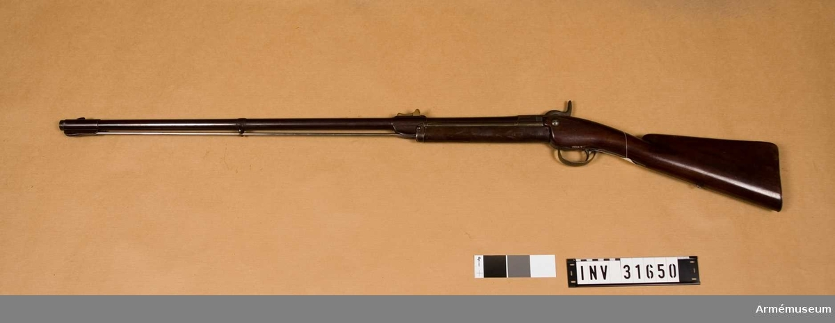 """Grupp E II.  Räfflat med slaglås, låset märkt """"N.S. Jessen. Intor 1857. Patent Kjöbenhavn 1862."""" På siktet står: """"Dalhoff patent.""""  Samhörande nr är 31650-2 bajonett, gevärsrem."""