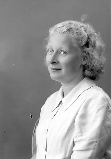 """Enligt fotografens journal nr 6 1930-1943: """"Dahlblom, Fr. Elsa Villa Viktoria, Saltsjöbaden""""."""