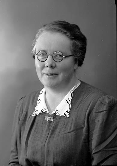 """Enligt fotografens journal nr 6 1930-1943: """"Johansson, Fr. Tekla Ålderdomshem Ucklum""""."""