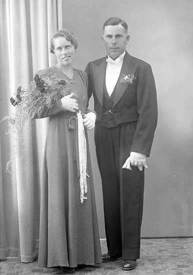 """Enligt fotografens journal nr 7 1944-1950: """"Pettersson, Herr Karl Allestorp Kville brudpar""""."""