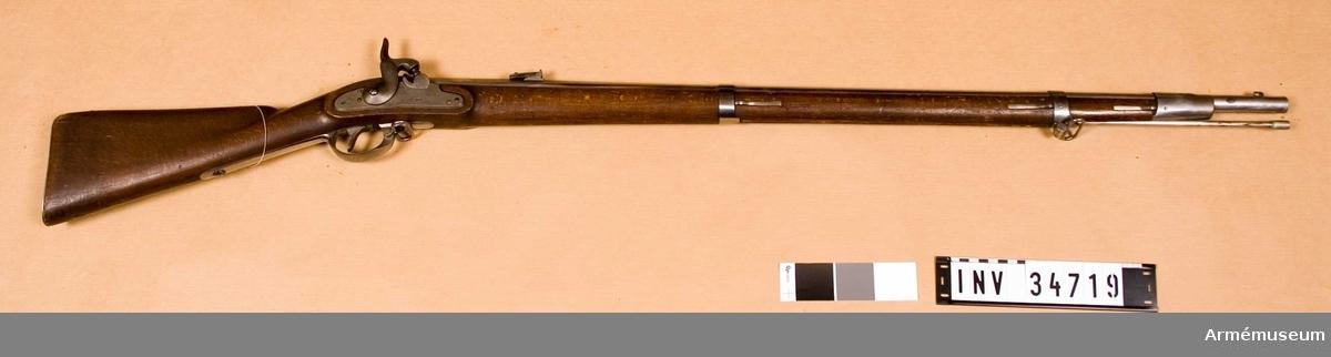 """Samhörande nr 34719-20, gevär, bajonett. Grupp E II. Vid geväret är fästad en etikett: """"Nr 75 Österr inf gev. m/1858"""" På pipan och låsblecket förekommer """"854"""" samt österriska örnen."""