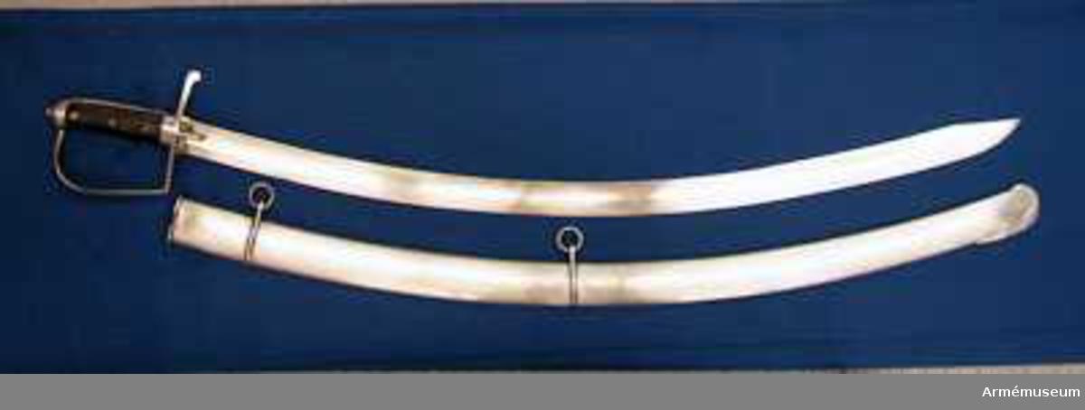 Grupp D II.  Baljan är helt och hållet av järn och har två smala band, som sitter ganska långt från varandra och som på ryggsidan har var sin ögla för en koppelring. Baktill på utsidan av det översta beslaget är siffran 8 inslagen.