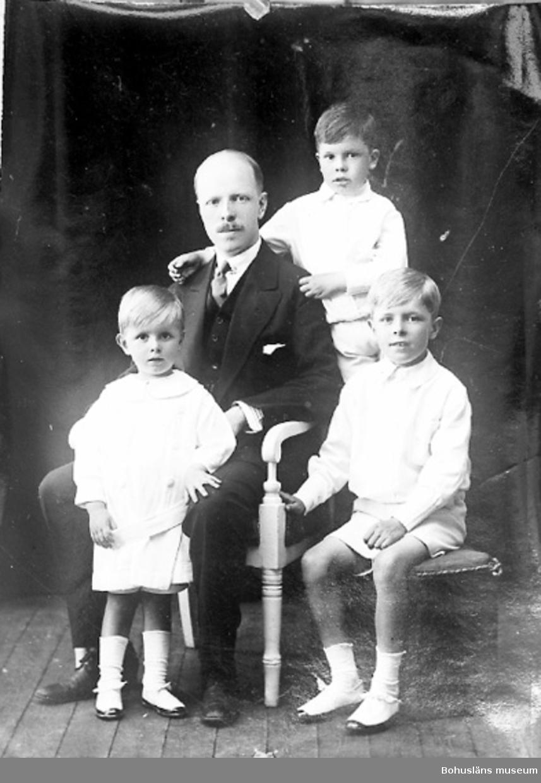 """Enligt fotografens journal nr 2 1909-1915: """"Anderström, Grosshandl. Ön""""."""
