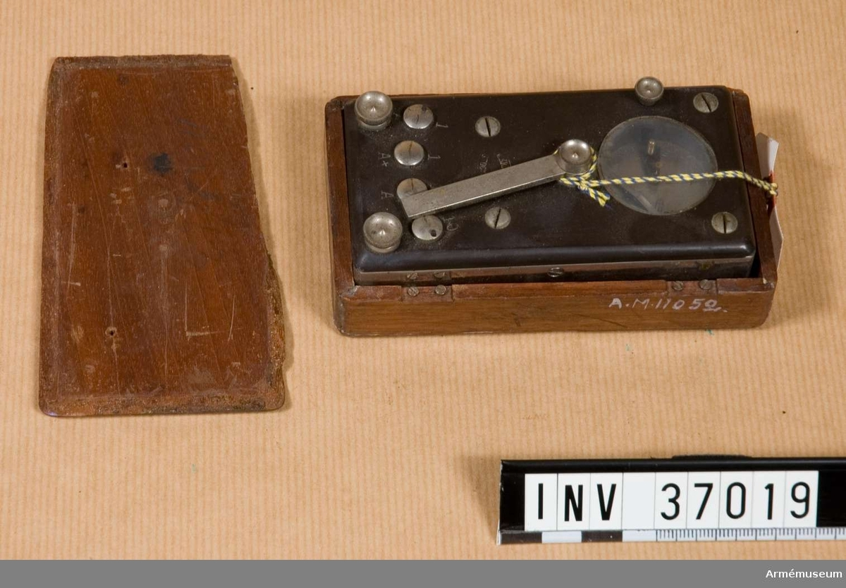 Grupp H I. Tillhörde telefonapparat m/1887, AM 37045. En galvanometer och en summerapparat är jämte motståndspolar inbyggda i en metallåda med ebonitplint, på vilken finns kontaktklämmor och omkopplare. Torde ha använts även för linjeundersökning, etc. Signalmateriel