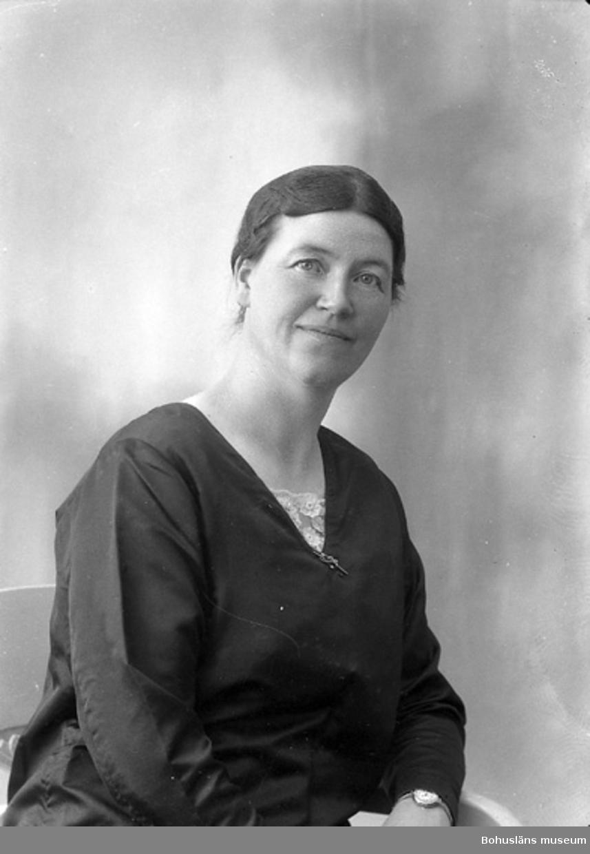 """Enligt fotografens journal nr 5 1923-1929: """"Enander, Agnes Gottskär Onsala""""."""