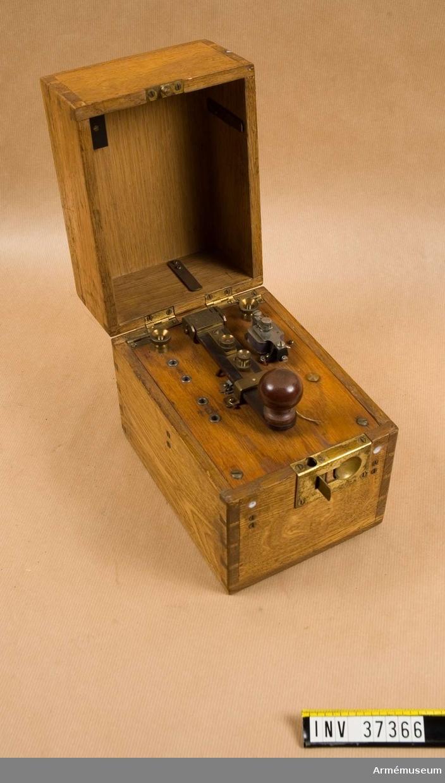Grupp H I. Med summerapparat, nyckel och batteri inbyggt i gemensam låda. Provad 1924.