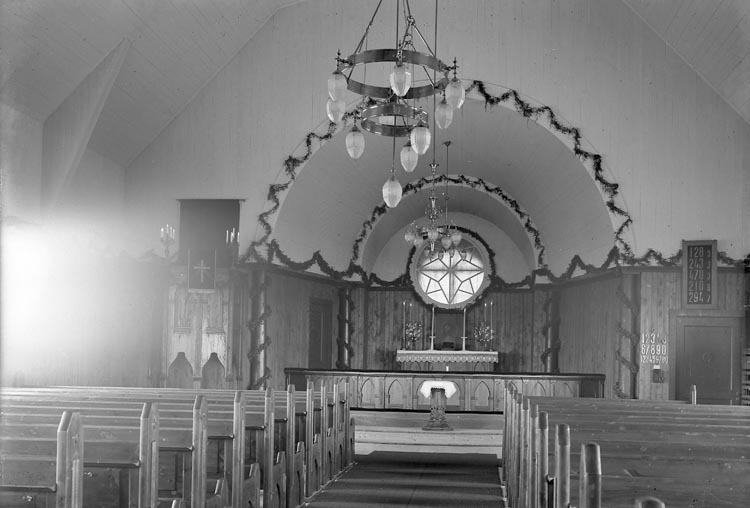"""Enligt fotografens journal nr 5 1923-1929: """"Stenunsunds kapell, Första Gudstjänsten""""."""