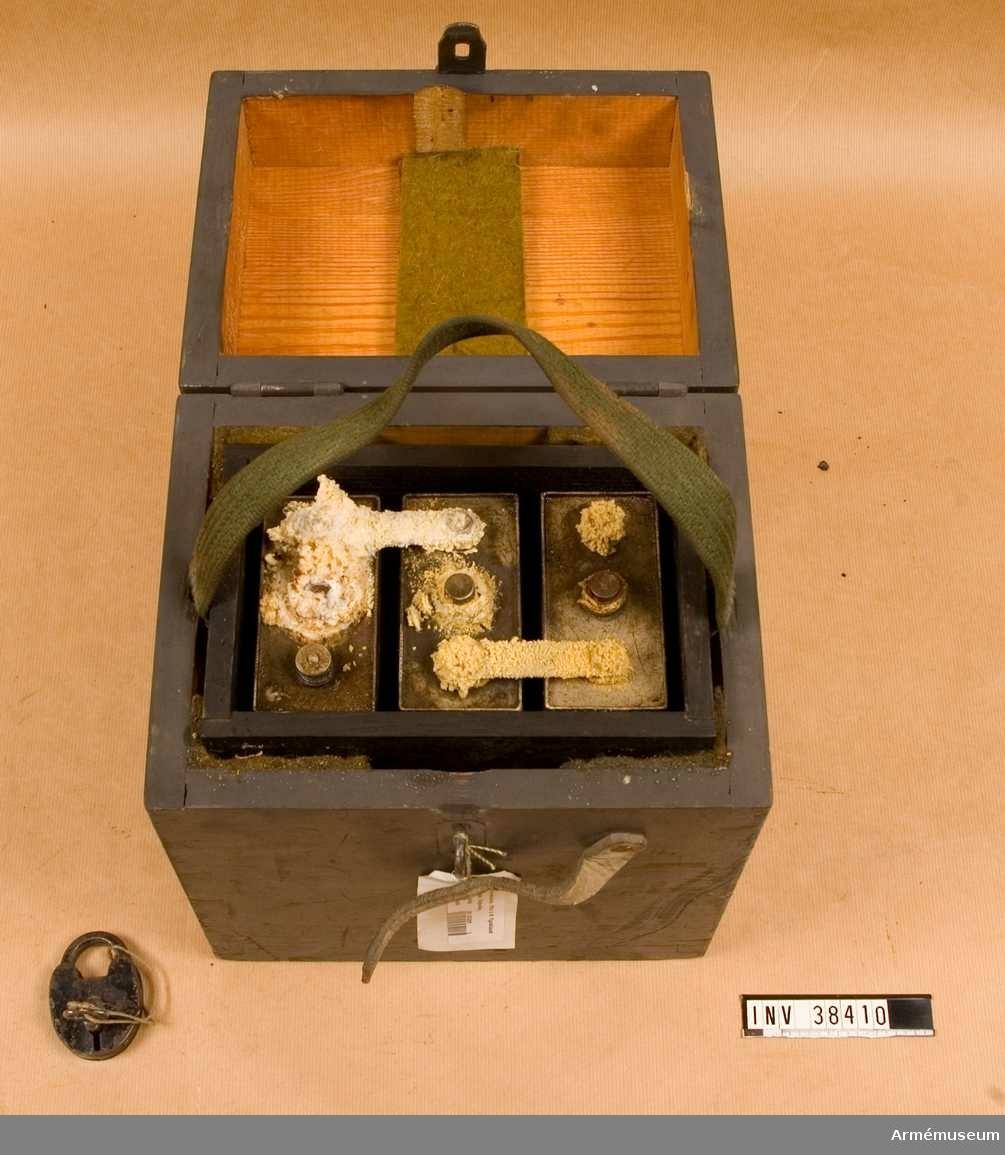 Grupp H II.  Samhörande nr AM.038309-AM.038310, radio, ackumulator.