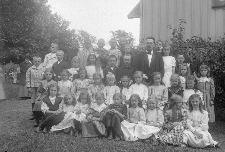 """Enligt fotografens journal Lyckorna 1909-1918: """"Folkskolebarn, Ljungskile""""."""