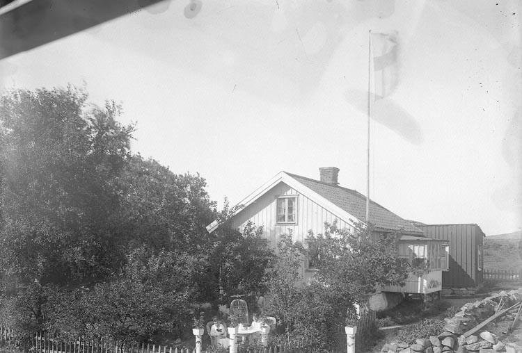 "Enligt fotografens journal nr 3 1916-1917: ""Thorén, Skådespelare Här"". Enligt fotografens notering: ""Skådespelare Thoréns bostadshus""."