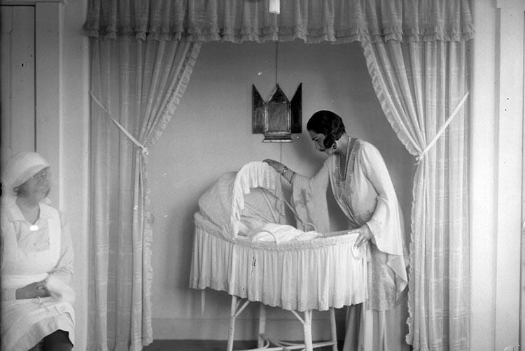 """Enligt fotografens journal nr 6 1930-1943: """"Aspegren, Konsulinnan med barnet""""."""