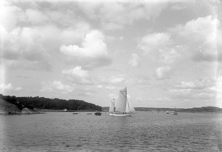 "Enligt fotografens journal nr 6 1930-1943: ""Holm, Direktör Stenungsön"". Enligt fotografens notering: ""Direktör Holms segelbåt i sundet""."