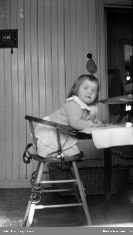 """Enligt fotografen: """"Flicka i barnstol""""."""