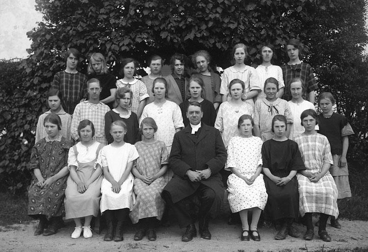 """Enligt fotografens journal nr 5 1923-1929: """"Läsbarnen Ödsmål"""".     ::"""