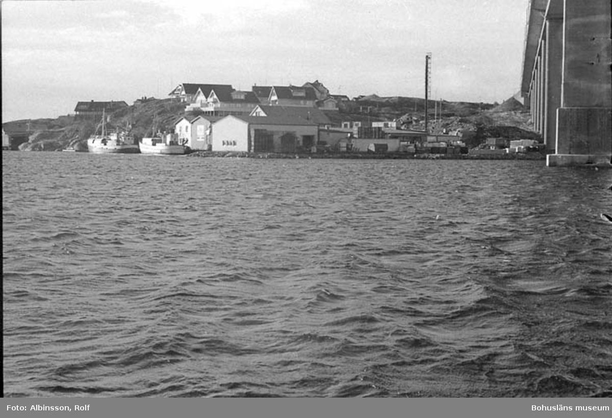 """Fotografens noteringar: """"Fabriken från Gravarnesidan.""""  Fototid: 1995-11-02."""