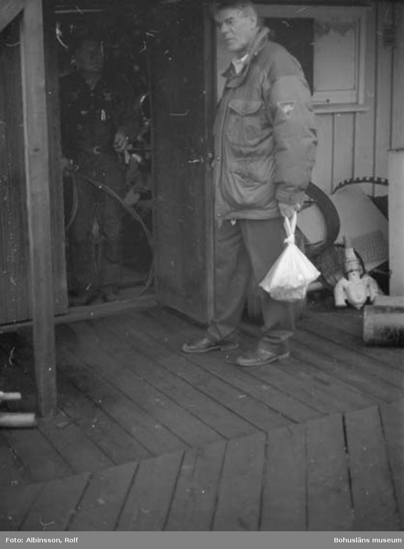 """Enligt fotografens noteringar: """"Hugo Harrysson (AC : Jag antar att Rolf Albin menar Harry Hugosson. Se tidigare noteringar) får besök av Ingemar Syversen, före detta segelmakare."""" Fototid: 1996 den 12 januari."""