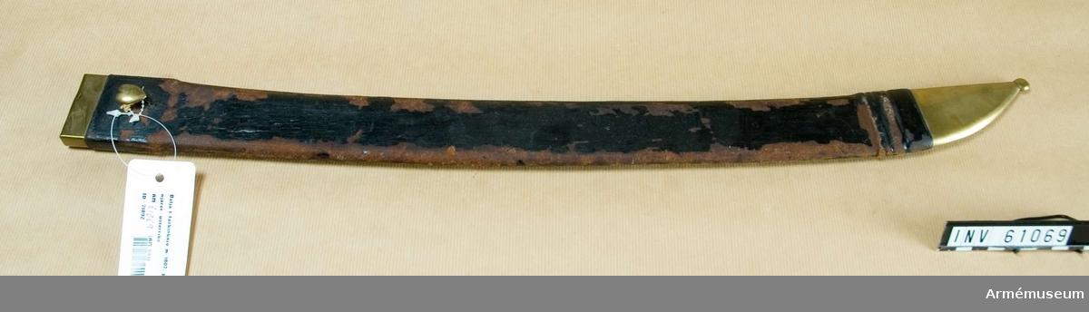 """.Grupp D II.  Baljan är klädd med svart skinn, som delvis även betäcker  doppskon och munblecket. Bägge dessa beslag är av mässing och  det sistnämnda har på utsidan en hjärtformig koppelknapp, på  vilken numret 13 är inslaget.Faskinkniven hemsändes 1831 av dåvarande kronprins Oskar.Kallas i Modellsalens reversal """"Huggare med baljor, utländska, österrikisk pionjär med sågklinga, 1 st"""". I Artillerimuseum var  benämningen 1879-84 """"Huggare med sågklinga och balja för  pionjärer, Österrike 1831"""". Därefter och ända t o m 1911  kallades vapnet """"Huggare med sågklinga och balja för pionjärer,  klingan märkt 'Fischer 1820' """". I 1912 års inventarium är  benämningen ändrad till """"Faskinkniv med sågklinga och balja  m/1807 för pionjärer: 1807-1853, Österrike"""". Enligt en del äldre inventarier uppges sabeln vara märkt  """"Fischer"""", men det är den inte, utan har bara en stämpel.  Möjligen kan detta vapen och AM 61066, som på klingan är märkt  på ena sidan """"Fischer"""" och på den andra """"820"""", vid något  tillfälle ha fått kataloglapparna förbytta."""