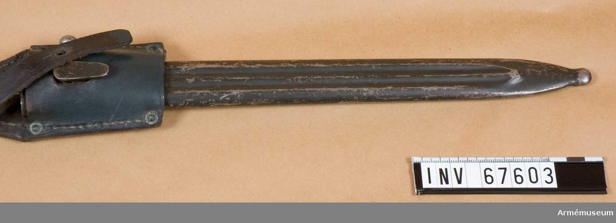 Räfflad, gråmålad stålbalja med läderhylsa.