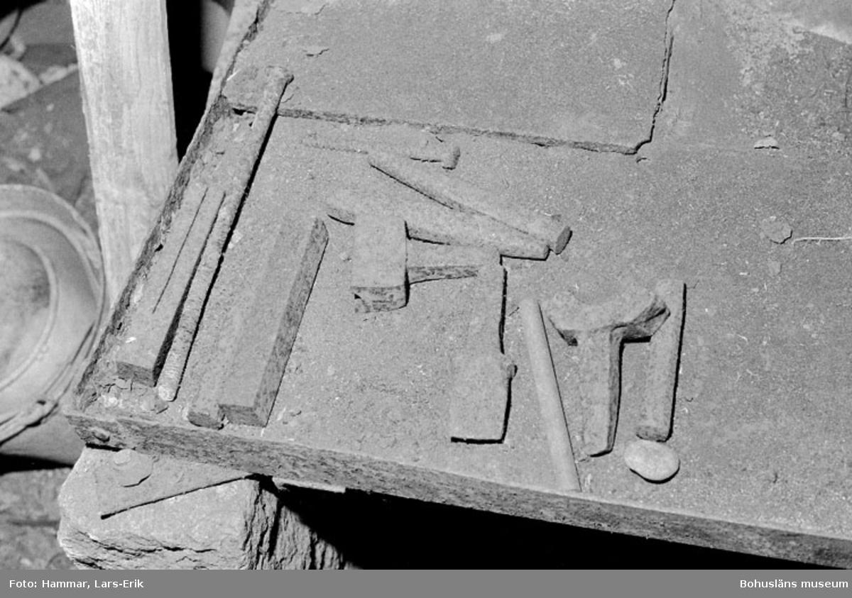 """Motivbeskrivning: """"F.d varv i Skredsvik, smidesverktyg."""" Datum: 19800717"""