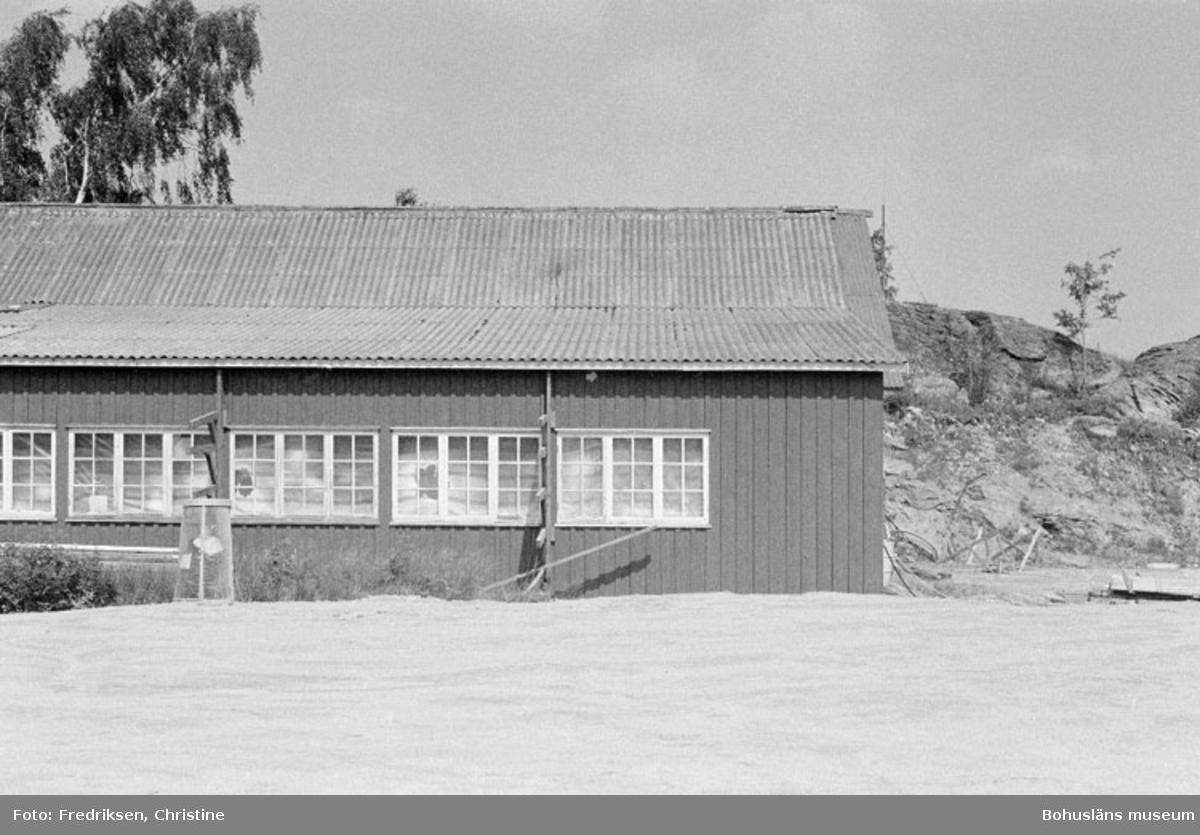 """Motivbeskrivning: """"Askeröns Marina AB, St. På bilden syns snickarverkstad från 1950-talet. I snickarverkstaden byggdes båtar på 1960-talet."""" Datum: 1980-07-23 Riktning: N"""