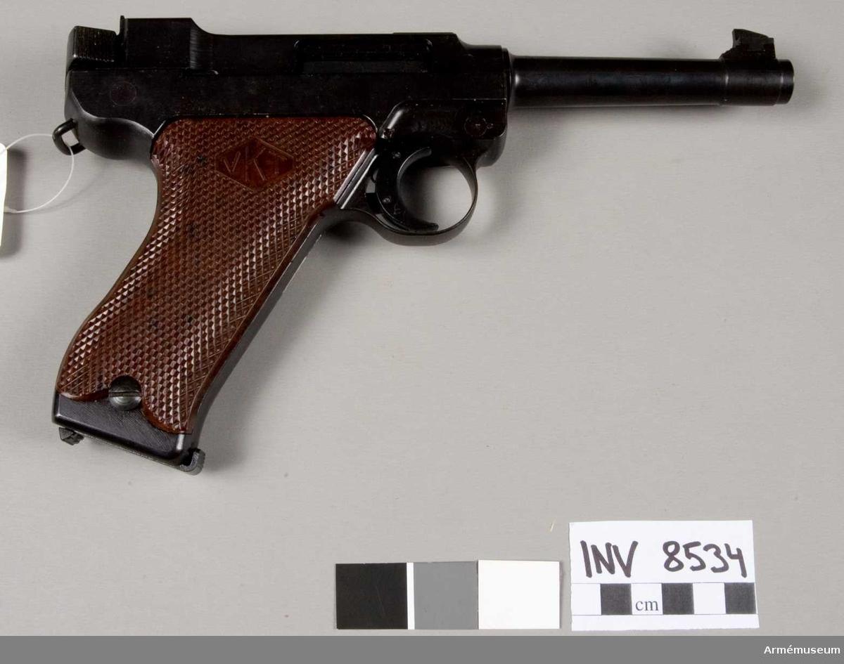 Halvautomatisk pistol modell L-35 (m/1935) system Lahti, Finland. Tillverkningsnr 6867. Handgrepp av konstmassa, märkt VKT. Märkt L-35 Valmet VKV. Bestående av 1 st pistol, 1 st magasin 8-skotts, 1 st magasinsfyllare.