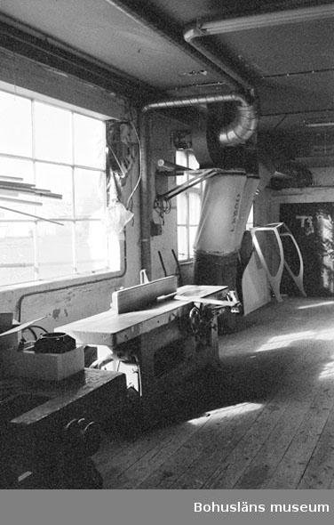 """Motivbeskrivning: """"Rolf Nicanders Båtbyggeri AB, på bilden syns bl.a en rikthyvel och där bakom utsugningsanordning till snickerimaskinerna."""" Datum: 19801003"""