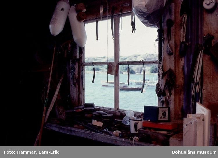 """Motivbeskrivning: """"F.d varv i Skredsvik, Bottnafjorden. Varvet drevs av båtbyggare Johan Jonasson fram till år 1942 och av Karl Johansson 1942-1975."""" """"Interiör från båtbyggarverkstaden. (På bilden syns en handdriven borrmaskin."""") Datum: Juli 1980."""