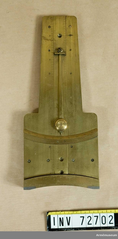 Grupp F:III. Riktinstrument av mässing med i lodled rörlig mellandel försedd med perpendikel, för vilken motsvarande gradbåge är anbragt å instrumentet. (2 delar).