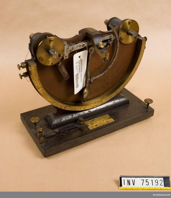 Grupp F:III.(överstruken) V.  Elektrobalistisk kronograf. Bestående av: Pendelställning med 2 elektromagneter med var sin pendel. Disjonktör 1.st. Anordning (i förminskad skala) av. Kanon med ledningar.  Trådskärmar, kanon och ledningar, tillverkade å Stockholms Tygverkstäder 1898.