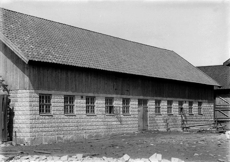 """Enligt noteringar: """"Nybyggd ladugård, någonstans i Foss."""" (BJ)"""