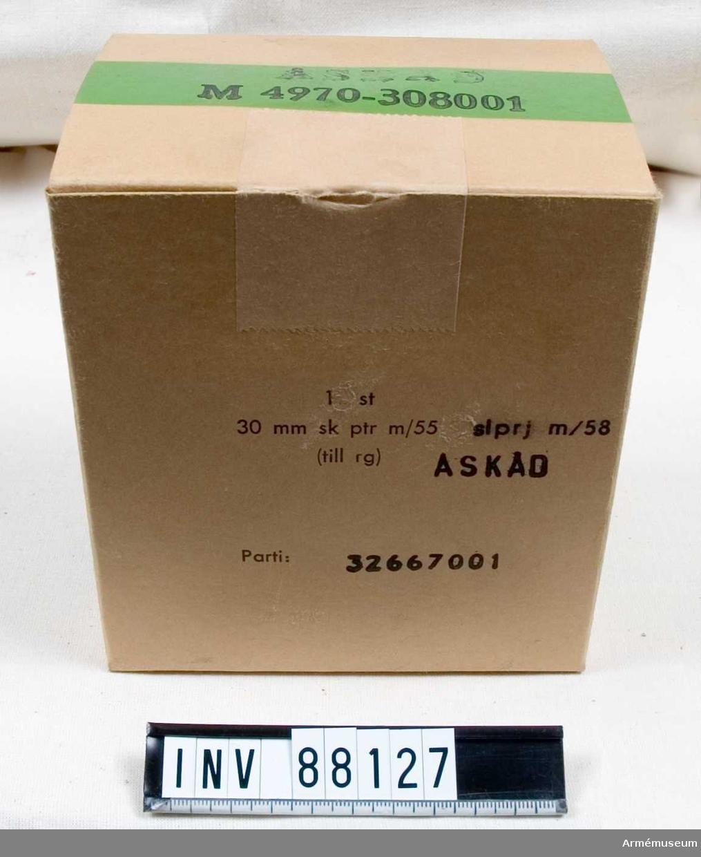 Grupp F II.  Låda för skarp spårljusprojektil till raketgevär, innehåller 3 st projektiler. Åskådningsmateriel. M4970-308001.
