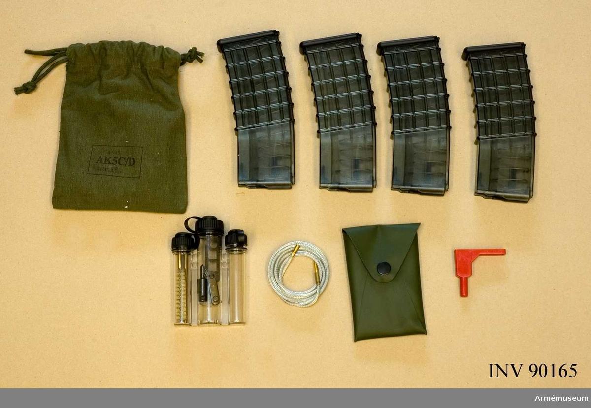 Automatkarbin 5C med tillhörande rem (M1353-006010), 4 magasin, handtag och rengöringssats i tygpåse innehållande oljedosa, läsklina samt säkringsnyckel. Helt ny automatkarbin, aldrig använd.