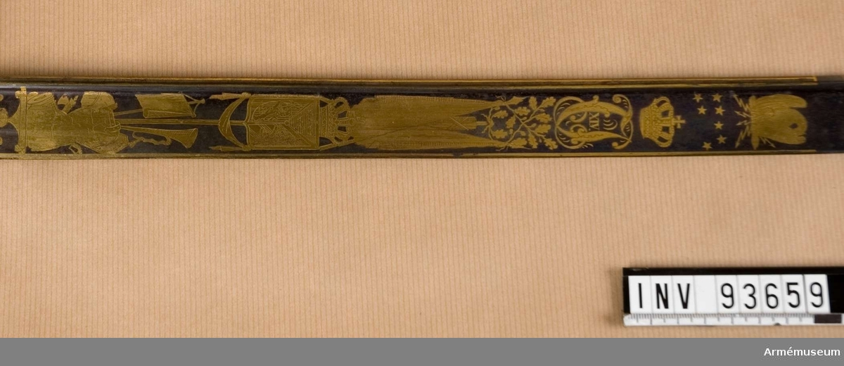 Med Karl XIV Johans monogram. Modellåret är okänt.
