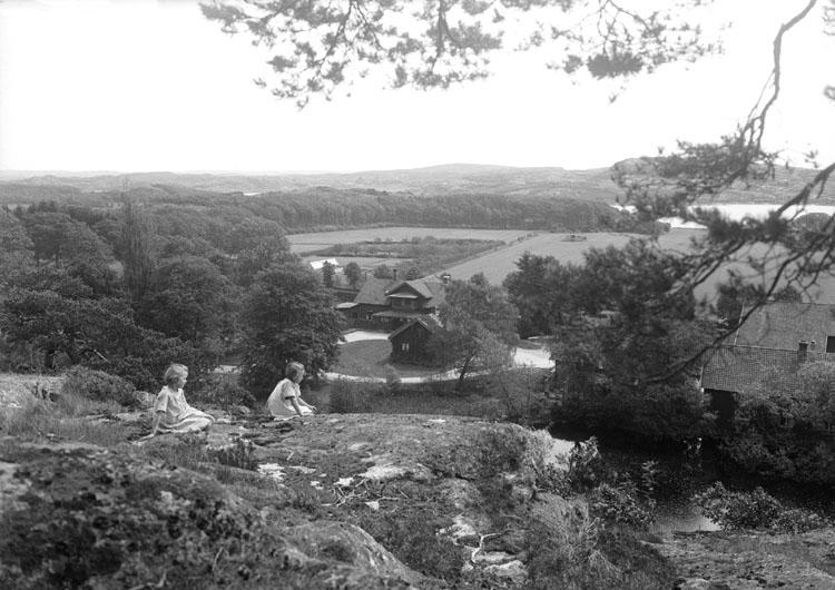 Två flickor på berget ovanför egendomen Sundsby säteri i juli 1924