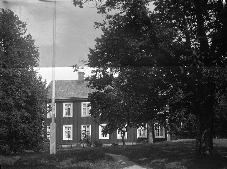 """Enligt tidigare noteringar: """"Tvåvånings bostadshus i trä, i trädgården flaggstång. (gul slöja på plåten)."""""""