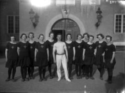 Gymnaster framför läroverket i Uddevalla omkring 1910